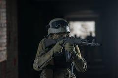 有自动武器的全副武装的军人 免版税库存图片
