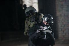 有自动武器的全副武装的军人 图库摄影