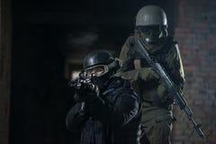 有自动武器的全副武装的军人 库存照片