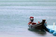 有自动马达的木长尾巴小船抽水从小船 免版税库存图片
