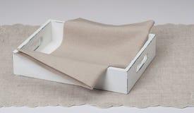 有自然亚麻布餐巾和桌布的盘子 库存照片