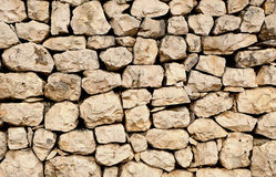 有自然地形状的石头的被堆积的岩石墙壁 免版税图库摄影