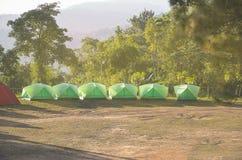 有自然山的野营的帐篷使背景环境美化 库存照片