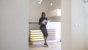 有自然构成的美丽的elegent非洲女孩工作在招待会 她拿着帐薄 库存照片