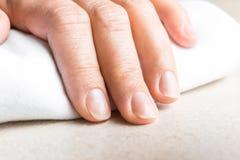 有自然没有漆的指甲盖的妇女手 免版税库存图片