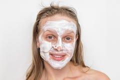 有自然白色奶油色面具的妇女在她的面孔 库存照片