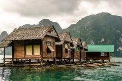 有自然风景的浮动房子 免版税库存照片