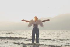 有自由和尊敬的开放胳膊信使的天使妇女对自然 免版税图库摄影