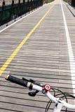 有自行车把柄的自行车路木桥 库存照片