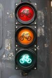 有自行车标志的红绿灯骑自行车者的关闭  红色黄绿色 免版税库存照片