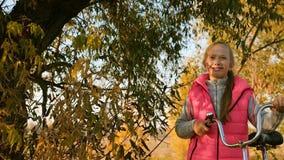 有自行车步行的女孩在路和微笑 慢的行动 影视素材