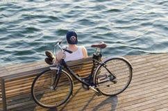 有自行车的一个年轻人休息 库存图片