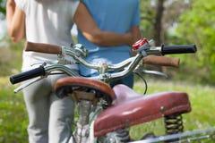 有自行车的两个前辈 免版税库存照片