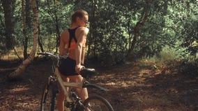 有自行车的亭亭玉立的妇女 股票视频