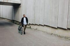 有自行车的人 免版税库存图片