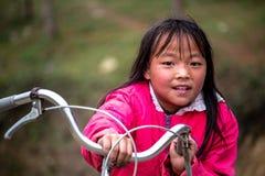 有自行车的北越南女孩 免版税库存图片