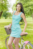 有自行车的可爱的少妇 免版税库存照片