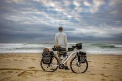 有自行车的周期包装员在海滩 免版税库存照片