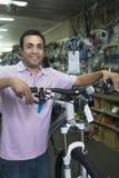 有自行车的商店老板在商店 免版税图库摄影