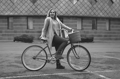 有自行车的女孩在步行 库存照片
