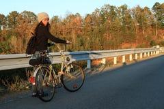 有自行车的女孩 免版税库存图片