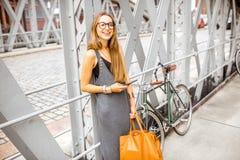 有自行车的妇女在铁桥梁 免版税图库摄影