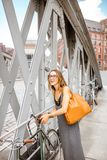 有自行车的妇女在铁桥梁 免版税库存图片