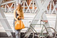 有自行车的妇女在铁桥梁 免版税库存照片