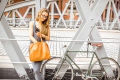 有自行车的妇女在铁桥梁 库存图片