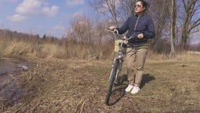 有自行车的妇女湖到达 影视素材