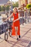 有自行车的妇女 库存图片