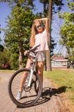 有自行车的妇女 图库摄影