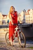 有自行车的妇女 免版税库存照片