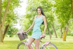 有自行车的少妇 免版税库存照片