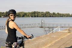 有自行车的少妇 免版税图库摄影