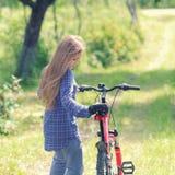 有自行车的少年 免版税库存图片