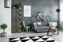 有自行车的工业客厅 免版税库存图片