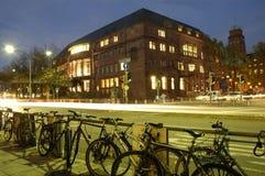 有自行车的弗莱堡大学在晚上 免版税库存图片
