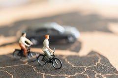 有自行车的微型人旅行家 免版税库存照片