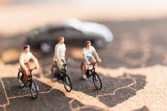 有自行车的微型人旅行家 库存照片