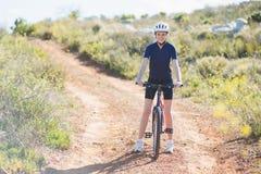 有自行车的微笑的妇女 免版税库存图片