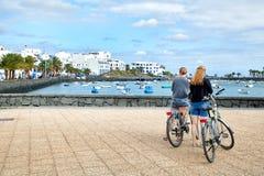 有自行车的旅游女孩 免版税库存照片