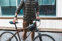 有自行车的无法认出的骑自行车者人走在街道上的 库存图片