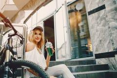 有自行车的时髦的女孩 免版税库存照片