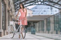 有自行车的深色的妇女 库存照片