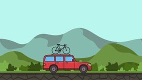有自行车的生气蓬勃的红色SUV汽车在屋顶树干骑马通过gren谷 在多小山风景的移动的微型货车 股票录像
