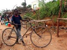 有自行车的男孩在农村莫桑比克 免版税库存图片