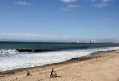 有自行车的男孩在墨西哥海滩 免版税库存图片
