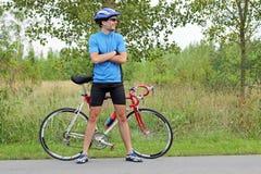 有自行车的男性骑自行车者 库存照片