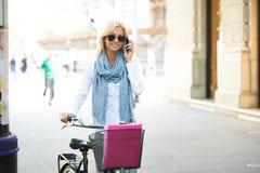 有自行车的确信的女实业家在街道 免版税库存照片